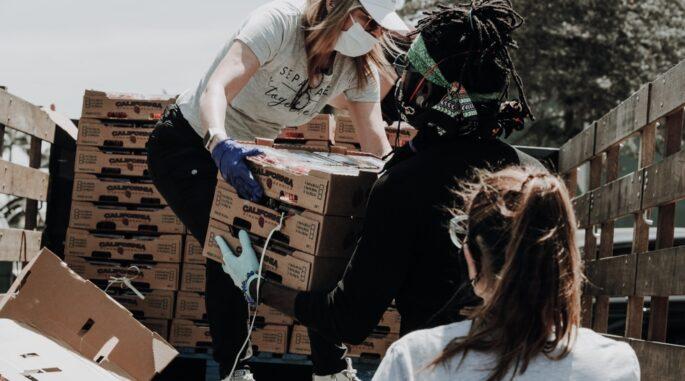 Des personnes qui aident à distribuer des dons